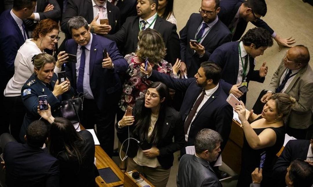 GASTO COM TELEFONES DE DEPUTADOS JÁ ULTRAPASSA R$ 1,7 MILHÃO