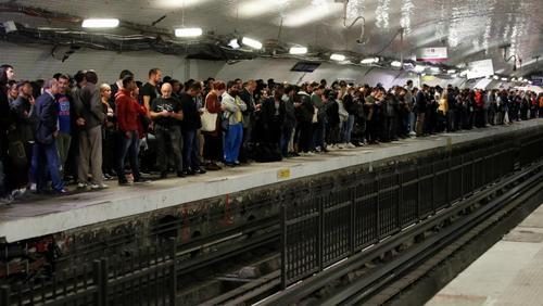 Paris tem a maior greve do metrô em 12 anos contra projeto de reforma da Previdência